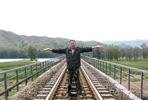 卢伟接受媒体采访时,还原了当时在铁轨中间迎面拦火车的动作。