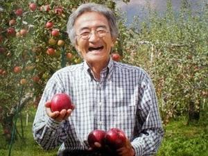 日本农夫木村秋则把每棵苹果树当成一个生命,灌注爱心,与之对话,以正能量帮助苹果树成长结果,最终创造出农法奇迹。