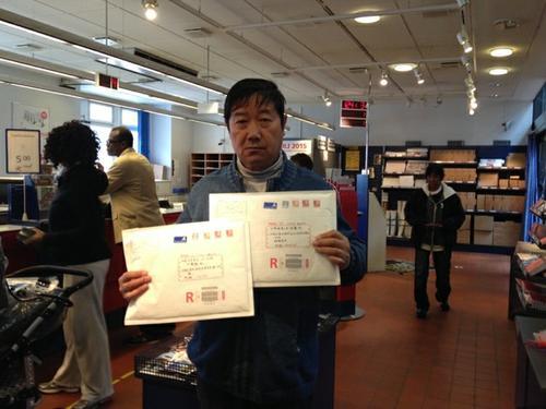 丹麦邮局里,朱学智在寄出控告状前留影。